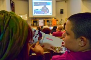 Susy Shock y BIFE con el cuadernillo de la V Escuela Audiovisual Al Borde - Ecuador